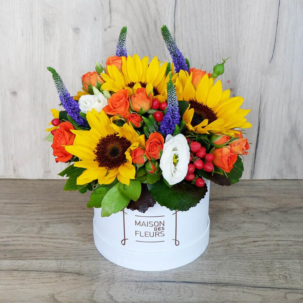 Συνθέσεις Λουλουδιών - Ανθοσύνθεση σε λευκη καπελιέρα με κύριο στοιχείο το ήλιοτρόπιο!