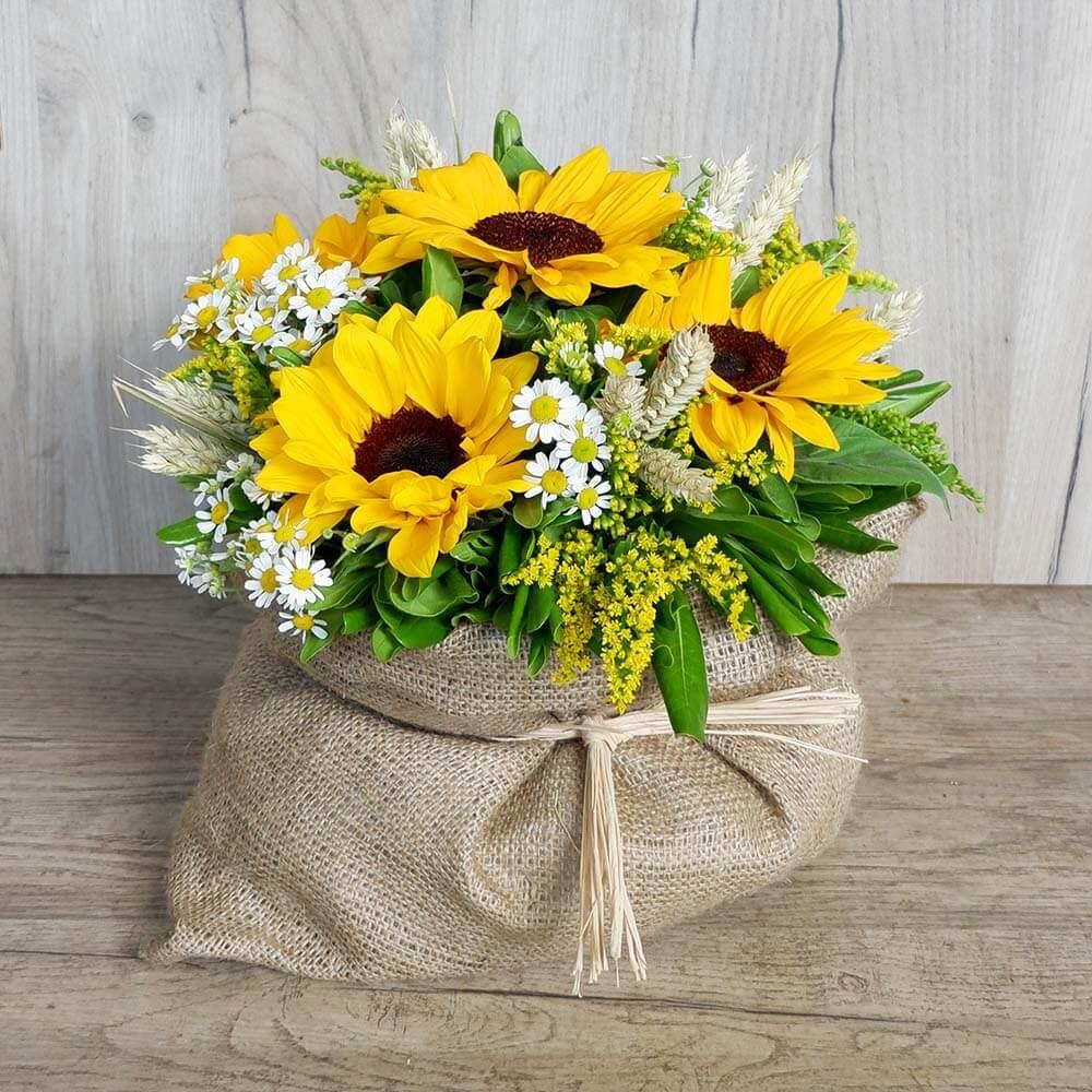 Rena Flower arrengement in linen fabric with different flowers in joyful spring colors!