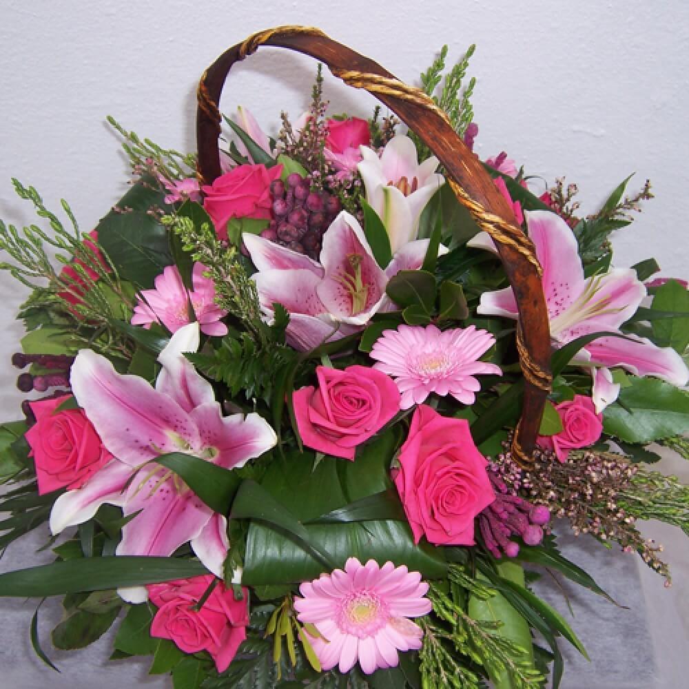 Συνθέσεις Λουλουδιών - Fuchsia Καλάθι με λίλιουμ, τριαντάφυλλα & φυλλώματα σε έντονες αποχρώσειςροζ και φούξια