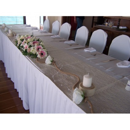 Roses & Pearls - Bridal table decoration with roses, two-colored gerberas, candles, rope and decorative pearls!