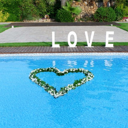 Blue Heart - Pool decoration with an impressive heart made of white orchids & roses!