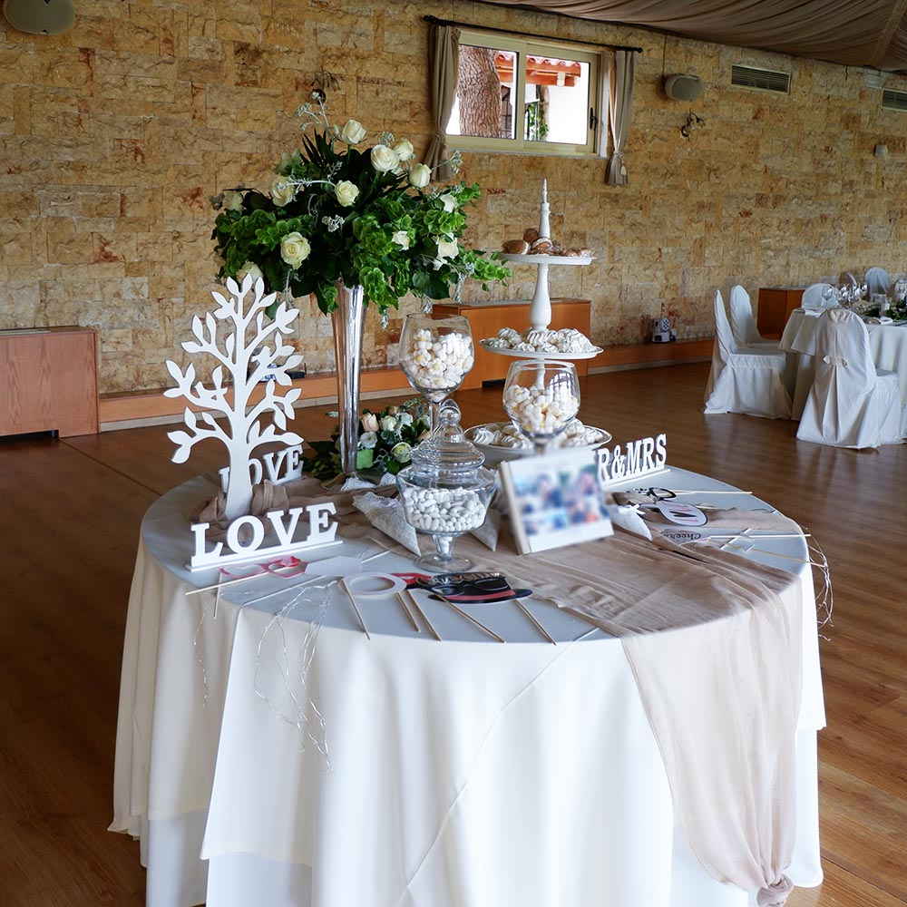Wedding Apple - Round table flower arrengement made of olive, white roses & green apples!