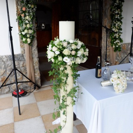 Ribo - Candle with olive leaf wreaths and white roses!