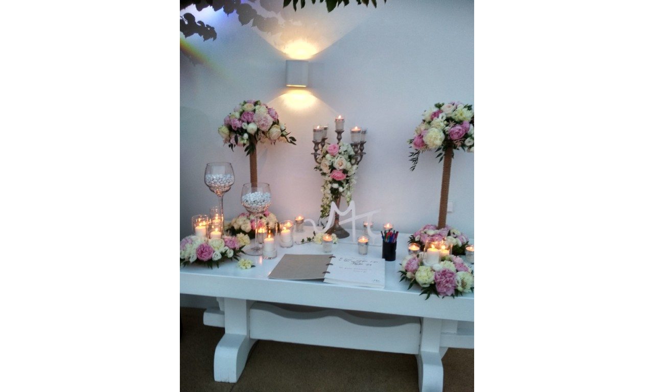 Pink Lady Table Decoration With White And Peonies Lysianthus