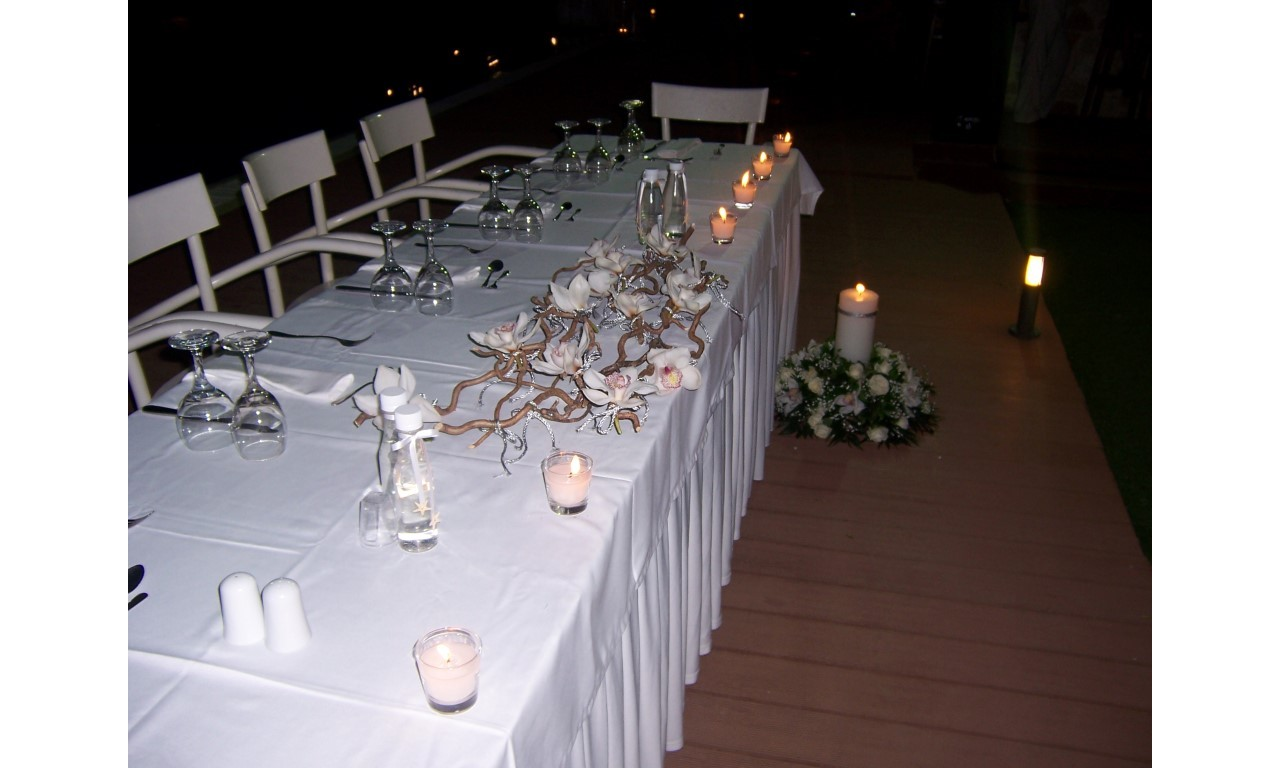 Silver Orchids - Impressive bridal decoration with white orchids on top of salix and distinctive silver elements!
