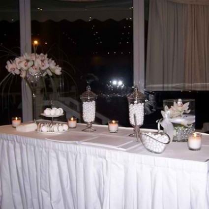 White Wish - Decoration with white crystals and cymbidium orchids in beautiful glasses!