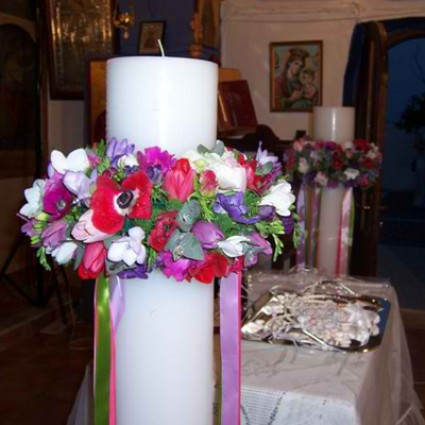 Wild Country - Round candles with wreaths of small colorful seasonal flowers like anemones, freesias and tulips!