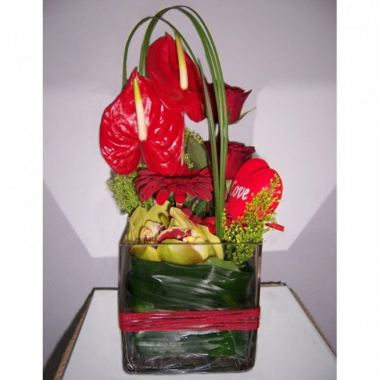 Valentine 9 - An impressive flower arrengement in glass with anthuriums, orchids, roses and gerberas!