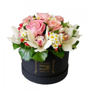 Pink Roses Box - Σύνθεση με Ροζ τριαντάφυλλα, cymbidium και χαμομήλι σε στρογγυλό κουτί.